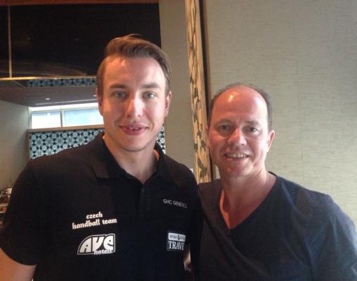 Jochen Berger mit dem Handballspieler Filip Jicha