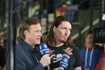 ARD Sportkommentator Gerhard Delling und Ex-Nationalspieler Stefan Kretschmar beurteilen ein Handballspiel.